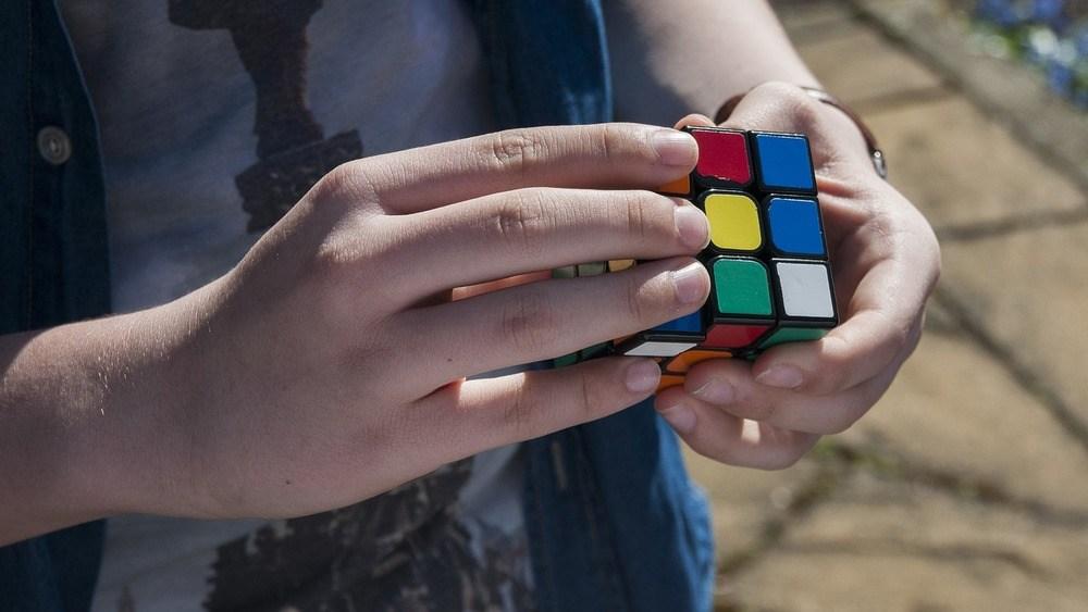 Minska skärmtid med Rubiks kub och annan underhållning
